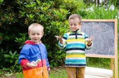 Kleine jongens met krijt Royalty-vrije Stock Foto's