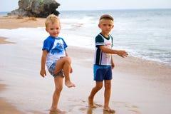 Kleine jongens op zeekust. Stock Afbeelding