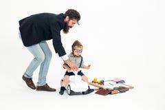 Kleine jongensbestuurder of proef en gebaarde vader Stock Foto's
