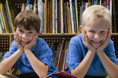 Kleine Jungen in der Schulbibliothek Stockfotografie