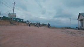 Kleine Jungen, die mit einem Ball auf dem Sand spielen stock footage