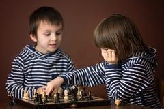 Kleine Jungen, Schach spielend Intelligentes Kind, Schach a spielend Stockbild