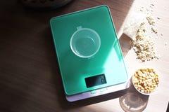 Kleine Küchenskala für das Wiegen von Produkten in der Küche Passend in der Vorbereitung von Produkten lizenzfreies stockbild