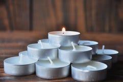 Kleine kaarsen - de pillen worden gestapeld in een piramide op een houten lijst stock afbeelding