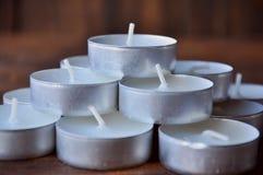 Kleine kaarsen - de pillen worden gestapeld in een piramide op een houten lijst royalty-vrije stock afbeelding