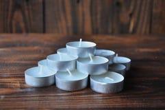 Kleine kaarsen - de pillen worden gestapeld in een piramide op een houten lijst royalty-vrije stock afbeeldingen