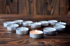 Kleine kaarsen - pillentribune op een houten lijst royalty-vrije stock afbeelding