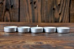 Kleine kaarsen - pillentribune op een rij stock fotografie