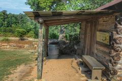 Kleine Kabine nahe dem Teich lizenzfreies stockbild
