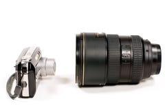Kleine Kamera und das große Objektiv stockbilder