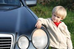 Kleine kameraad met de auto van de papa royalty-vrije stock afbeeldingen