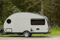 Kleine kampeerauto Royalty-vrije Stock Afbeeldingen