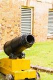 Kleine Kanone auf gelbem Stand Stockbild