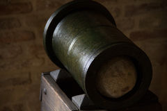 Kleine Kanone und Kanonenkugel im Steinturm Lizenzfreie Stockfotos