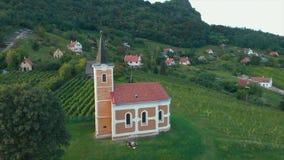Kleine kapel op een berg Heilige George in Hongarije, dichtbij het meer Balaton Luchthommellengte stock videobeelden
