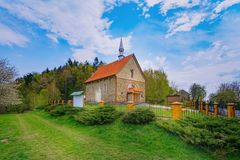 Kleine kapel in Polen stock afbeeldingen