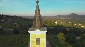 Kleine Kapelle auf einem Berg St George in Ungarn, nahe dem Plattensee Luftbrummen-Gesamtlänge stock video footage
