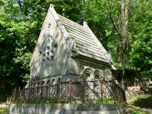 Kleine Kapelle in einem Kirchhof lizenzfreies stockfoto