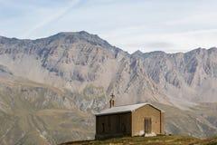 Kleine Kapelle mit Gebirgsalpen im Hintergrund Lizenzfreie Stockfotos