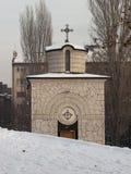 Kleine Kapelle mit Schnee auf öffentlichem Platz in Sofia, Bulgarien Stockfotografie