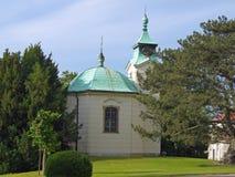 Kleine Kapelle mit Turm und Uhr Stockfotografie