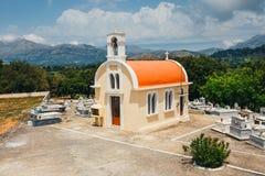 Kleine Kapelle und Kirchhof auf der Lasithi-Hochebene stockbild