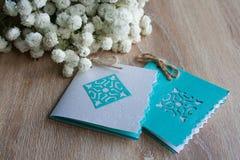 Kleine Karten auf einem Hintergrund von kleinen weißen Blumen Lizenzfreies Stockfoto