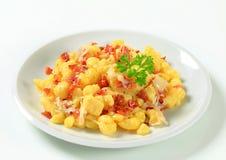 Kleine Kartoffelmehlklöße mit Speck und Kohl Lizenzfreie Stockfotografie