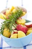 Kleine Kartoffeln des rohen Schnittes Lizenzfreie Stockbilder