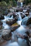 Kleine Kaskade unter größerem Wasserfall auf Nebenfluss in Colorado Stockfoto