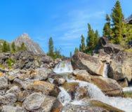Kleine Kaskade von Wasserfällen auf einem Gebirgsbach Lizenzfreie Stockfotografie