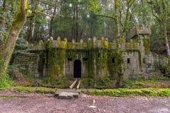 Kleine kasteelmuren dichtbij een middeleeuws aquaduct - Aldan - Spanje royalty-vrije stock afbeeldingen