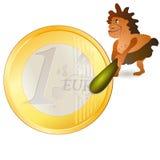 Kleine Katze, die eine große Euromünze betrachtet Lizenzfreies Stockfoto