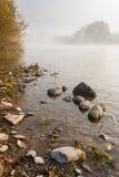Kleine keien op mistige kust in de herfst Stock Afbeelding