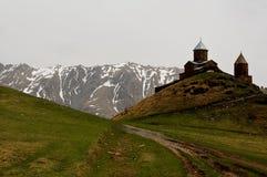Kleine kerk in de bergen van de meningen van de Kaukasus van Giorgia stock foto's