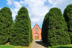 Kleine kerk die in het bos wordt verborgen royalty-vrije stock afbeelding