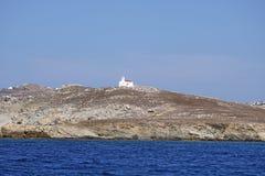 Kleine kerk die op de bovenkant van een eiland kan worden bewonderd die Mykonos onder ogen zien royalty-vrije stock afbeeldingen