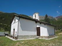 Kleine kerk in een dorp op de bergen Royalty-vrije Stock Foto