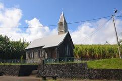 Kleine kerk onder het gebied van suikerriet Stock Fotografie