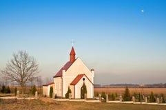 Kleine kerk op een gebied Stock Foto