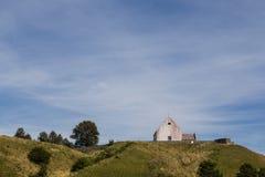 Kleine kerk op een heuvel stock foto's