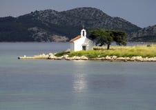 Kleine kerk op eiland Stock Foto's