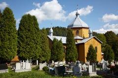 Kleine kerk op het kerkhof Royalty-vrije Stock Foto's