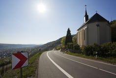Kleine kerk op kant van de weg bij de vallei van Moezel Royalty-vrije Stock Afbeeldingen