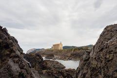 Kleine kerk van Santa Catalina op de kust van Mundaca-dorp in Biskaje tijdens een bewolkte dag royalty-vrije stock afbeeldingen