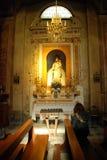 Kleine kerk whith vrouw Stock Afbeelding