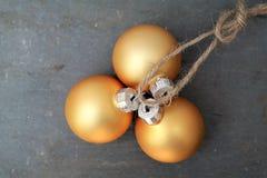 Kleine Kerstmisballen op een kabel met steenachtergrond Stock Afbeeldingen