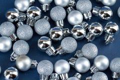 Kleine Kerstmisbollen Stock Afbeelding