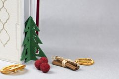Kleine Kerstmisboom, boek en droge sinaasappelen royalty-vrije stock fotografie