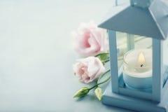 Kleine Kerze in einer blauen Laterne stockfoto